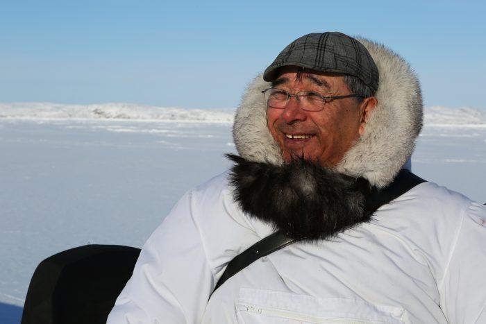 Isuaqtuq Ikkidluak sur la glace lors de la chasse au phoque.
